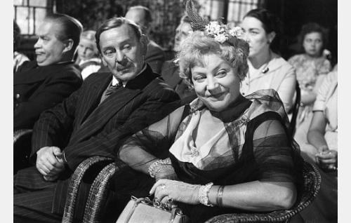 Eturivissä vasemmalta kapteeni (Reino Valkama), kamreeri Amadeus (Arvo Lehesmaa) ja kamreerska Eliisa (Emmi Jurkka).