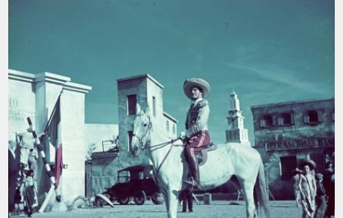 Kenraaliluutnantti T. J. A. Heikkilä, Meksikon Yhdysvaltojen III armeijakunnan komentaja ja Sonoran sotilasläänin kuvernööri (Tauno Palo).