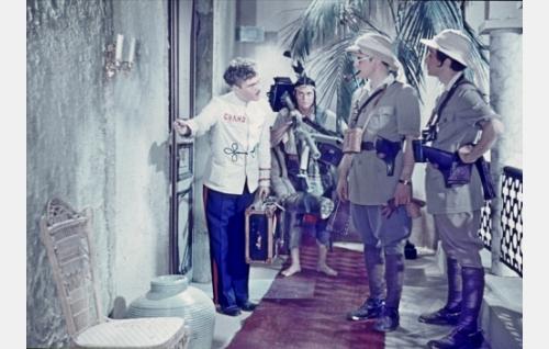 Conchito, Grand-hotellin portieeri  (Urho Westman), sotilaspalvelija Tlaca (Oiva Luhtala), kenraaliluutnantti Heikkilä (Tauno Palo) ja kapteeni Silvio Spottorno  (Jorma Nortimo).