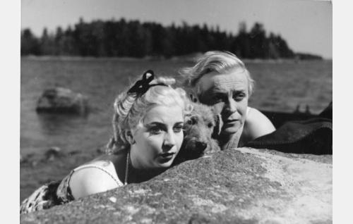 Elviira (Sointu Kouvo) ja Robert Hokkanen (Ossi Korhonen).
