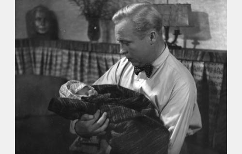 Ossi Korhonen ja vauva.