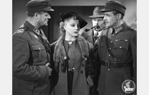 Majuri Mäntymaa (Sven Relander), Lulu (Assi Raine), ylietsivä Koskimaa (Eero Leväluoma) ja kapteeni Rautala (Ensio Jouko).