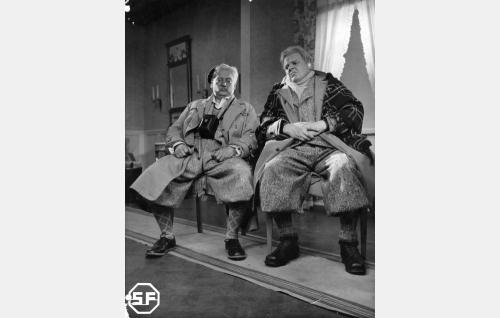 Virkistyshotellin ensimmäiset vieraat: vanha, mutta pirteä eversti Sora (Aku Korhonen) ja luulosairas tuomari Pelmula (Yrjö Tuominen).
