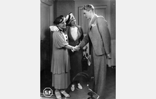 Erkki Horma (Jorma Nortimo) toivottaa tervetulleiksi  Elli Salon (Laila Rihte, vas.) ja tämän äidin leskirouva Salon (Emmi Jurkka).