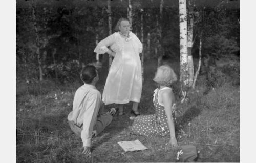 tekniikan ylioppilas Arvo Lähde (Tauno Palo), Gustava Lähde (Kirsti Suonio), Sirkka Mares (Ansa Ikonen)