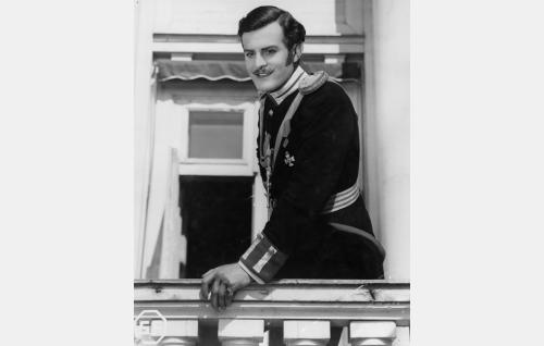 Chevalier-kaartin luutnantti Engelbert von Leijoncrona (Tauno Palo).