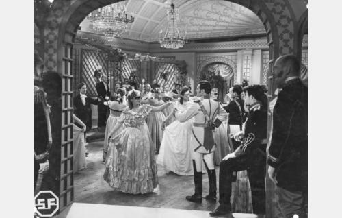 Studioon lavastetut ruhtinatar Kristine Popoffin tanssiaiset Kaivohuoneella elokuussa 1853. Ensimmäisenä parina tanssivat masurkkaa sala-asussa tilaisuuteen saapunut kalastajantytär Regina Berg (Regina Linnanheimo) ja kaartinluutnantti Engelbert von Leijoncrona (Tauno Palo).