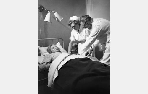 Inkeri Harju (Airi Honkaniemi) sairaalassa. Lääkärin roolissa Tauno Majuri. Hoitajatar tunnistamaton.