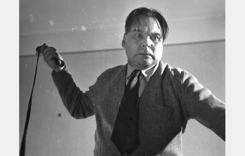 Inkerin yksinhuoltajaäidin uusi miesystävä Kaarlo Virtanen (Uolevi Lönnberg).