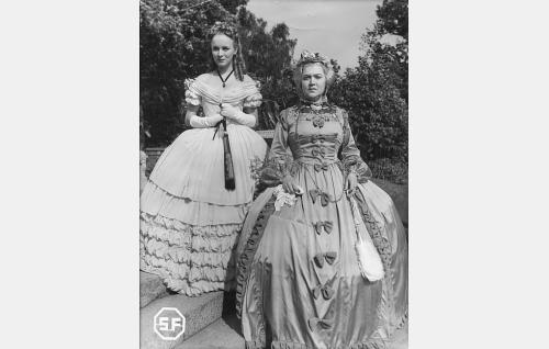 Ingeborg Liliecrona (Sirkka Sipilä) ja kreivitär Yvonne Armborg (Elsa Rantalainen).