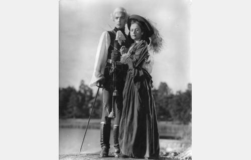 Luutnantti Carl-Magnus Schildt (Martti Katajisto) ja Katarina Elisabet Thormöst (Eeva-Kaarina Volanen).