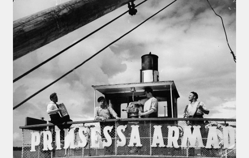 Laivamies Pekka (Olavi Virta), Kippari (Kalle Viherpuu), konemestari Svenskipoika (Hannes Häyrinen) ja laivamies Rääveli (Uuno Laakso).