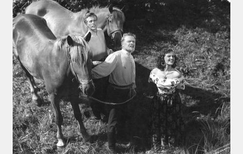 Tsaarin upseeri (Rolf Labbart), Veeran oikea isä (Eino Kaipainen) ja Veera (Assi Nortia).