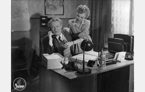 Johtaja Kolkkula (Sven Relander) ja sihteeri Viivi (Assi Raine).