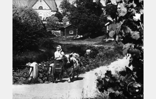 Kerttu Mäkinen (Sirkka Sipilä) kotikulmillaan maalla.