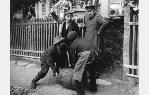 Kauppakartanon isäntä Herman (Eero Leväluoma),  juopot rengit Tepa (Arvi Hyrske,vas.) ja Puotirotta (Lauri Korpela) ja urakoitsija Mihail Koslov (Yrjö Tuominen).