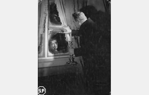 Helena Talpia (Ansa Ikonen) ja laamanni Julius Horn (Yrjö Tuominen).