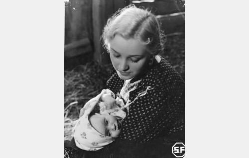 Helena Talpia (Ansa Ikonen) ja hänen vauvansa (Ritva Kovanen).