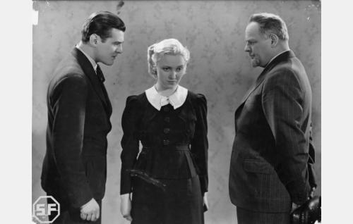 Helena Talpiaa (Ansa Ikonen) syytetään lapsenmurhasta. Vasemmalla Aarne Horn (Tauno Palo) ja oikealla Julius Horn (Yrjö Tuominen).