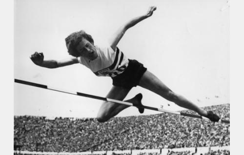 Etelä-Afrikkaa edustava Esther Brand voittaa naisten korkeushypyn.
