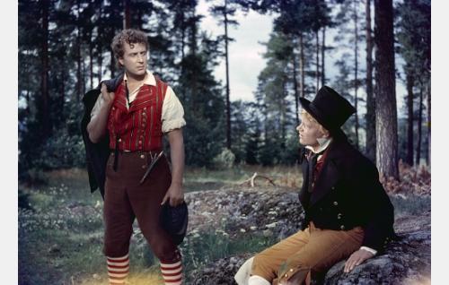 Nummisuutarin Esko (Martti Kuningas, oik.) ja hänen puhemiehensä ja matkakumppaninsa Mikko Vilkastus (Helge Herala).