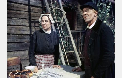 Martta (Alice Lyly) ja Topias (Lauri Leino).