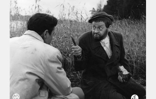 Olavi Metso (Sakari Jurkka) kohtaa vankikarkurin (Pentti Viljanen).
