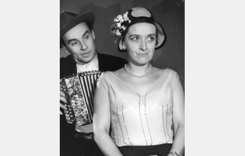 Kalle (Tauno Söder) ja Amerikan Mari (Pia Hattara).
