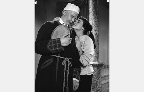 Eversti Carolus Rutger von Haestman (Pentti Siimes) ja hänen tyttärenttärensä Senja (Anneli Sauli).