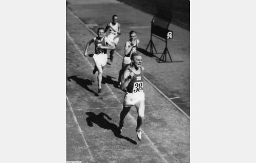Elokuvan päätösjaksoa: Suomi saa kolmoisvoiton ja Yrjö Niemelä (Kullervo Kalske) voittaa 10 000 metrin juoksun Helsingin olympiakisoissa 1940.