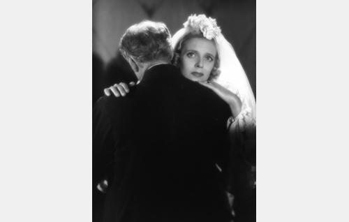 Riitta (Regina Linnanheimo) ja hänen isänsä Majakka-Kalle (Oscar Tengström).
