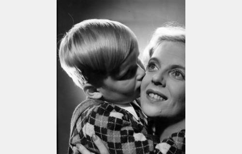 Sylvi (Regina Linnanheimo) ja hänen poikansa Matti (Matti Nylund).