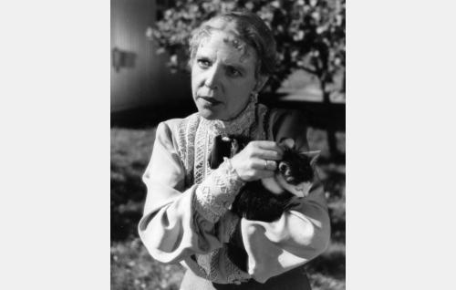 Postineiti (Henny Waljus) ja hänen karkaileva kissansa.