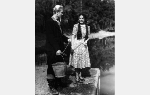 Ylioppilas Eerikki Lind (Martti Katajisto) ja Palapan Kirsti (Leena Häkinen).