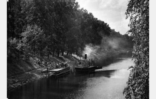 Juhannuskoristettu laiva Kalkkisten kanavalla.