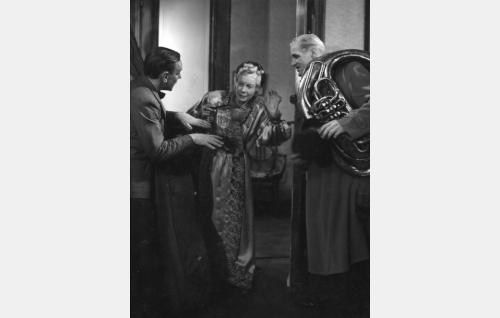 Kaverukset Valle (Arvo Lehesmaa,vas.) ja Jalle (Martti Lohikoski) huonokuuloisen tädin (Verna Piponius) oven takana.