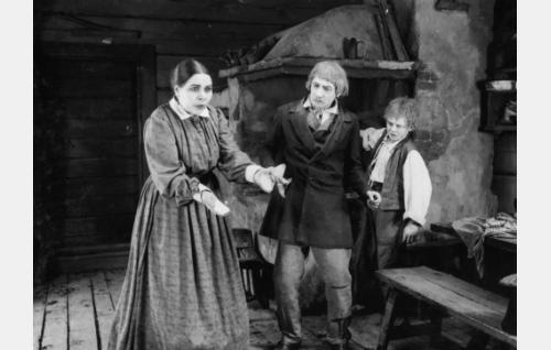 Eevan (Annie Mörk) mitta täyttyy, kun Aapeli (Martti Tuukka) on rikkonut hänen sokeriastiansa. Taustalla kraatarin oppipoika Jooseppi (Uuno Kantanen).