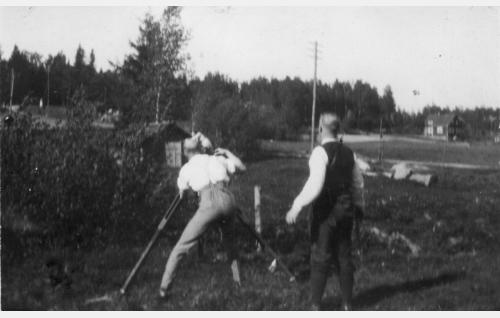 Aapelin mökkiä kuvataan Espoon Klappträskissä. Kameran veivissä Kurt Jäger, oikealla seisoo ohjaaja Teuvo Puro.