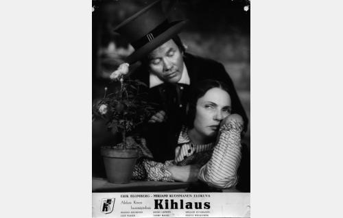 Aapeli (Hannes Häyrinen) ja Eeva (Mirjami Kuosmanen).