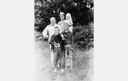 Kiljuset: isä Kiljunen (Jukka Sipilä), äiti  (Marja-Sisko Aimonen), Mökö (Jouni Lukus), Luru (Kai Lemmetty), Plättä, oik. Olga Vilhelmiina (Salli Pallasmaa) ja Pulla-koira (Sessan).