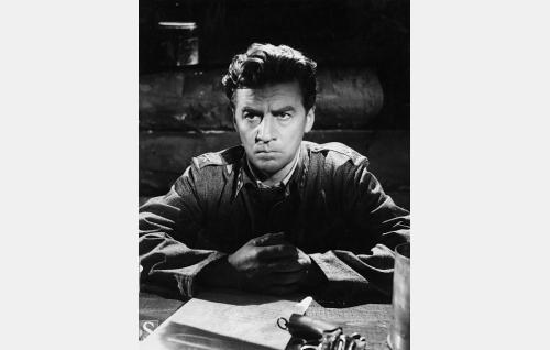 Kirkkoherra, kapteeni Ahti Helpi (Joel Rinne).