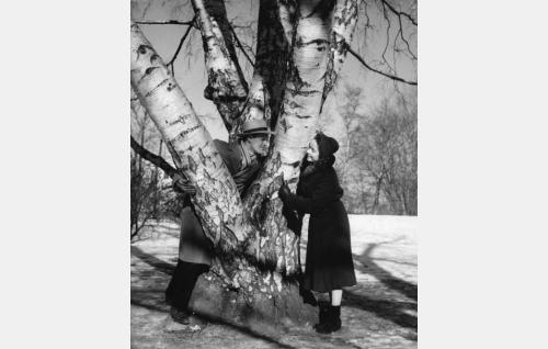Iskelmäsäveltäjä Lauri Salla (Leif Wager) ja Eeva (Eeva-Kaarina Volanen).