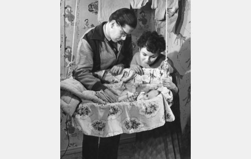 Teekkari Olli (Matti Ranin) ja hänen vaimonsa Irmeli (Sirkka-Liisa Wilén).