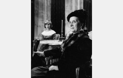 Vanha neiti Amalia Rygseck (Saara Ranin) ja hänen veljentyttärensä, konttoristi Airi Rykämö (Elina Salo).