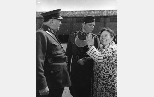 Rykmentin komentaja, eversti Kantola (Uuno Montonen), päivystävä upseeri (Kauko Kokkonen) ja neiti Agatha Ek (Elna Hellman).