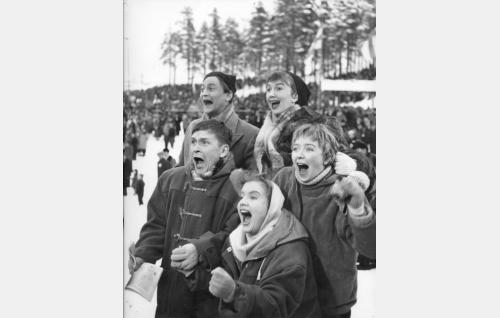 """""""Kurittomat"""" edessä vasemmalta Husu (Leo Jokela), Japi (Maija Karhi) ja Marja (Kaija Siikala), takana Kali (Jussi Jurkka) ja Löpö (Maikki Länsiö)."""