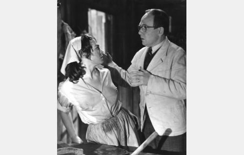 Miriam (Anneli Sauli) kavahtaa pyykkituvassa opettaja Torvald Allnesin (Leo Riuttu) lähentelyä.