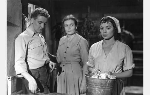 Hans (Pentti Siimes) on pujahtanut salaa pyykkitupaan tapaamaan Miriamia (Anneli Sauli). Britta Allnes (Irma Seikkula) syyttävänä.