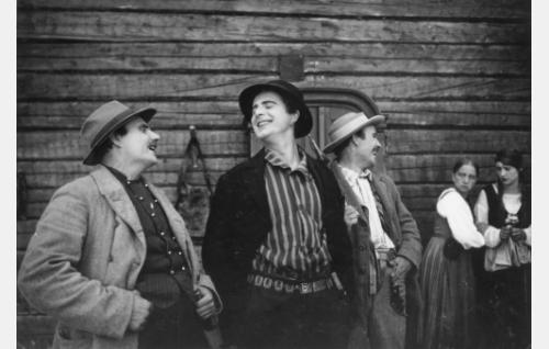 Hossian Simo (Kalle Kaarna), Koljon Eero (Helge Ranin) ja Mäkkylän Mikko (Eero Leväluoma) sekä Haapalan ottotytär (Saara Ranin) ja Haapalan Helka (Rakel Tarpila).