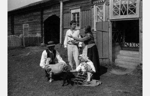 Haapalan pihamaalla etualalla Haapalan isäntä (Martti Elomaa) ja talon ottotytär (Saara Ranin), seisomassa Koljon Eero (Helge Ranin) ja Haapalan emäntä (Lyyli Eriksson).